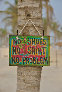 """Sign """"""""No shoes, no shirt, no problem"""""""" on the beach ofの写真素材 [FYI02338076]"""