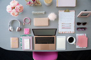 View from above pink laptop and office supplies on deskの写真素材 [FYI02338087]
