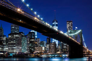 Brooklyn Bridge, views of the East River onto the Manhattanの写真素材 [FYI02338092]