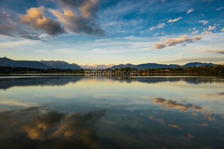 Morning atmosphere, Riegsee Lake and Murnau with Mtの写真素材 [FYI02338097]