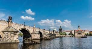Vltava river with Charles Bridge or Karluv most, UNESCOの写真素材 [FYI02338102]