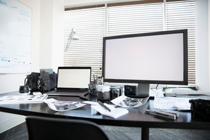 Computers and photography equipment on deskの写真素材 [FYI02338130]