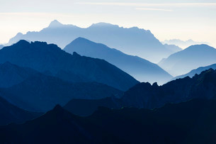 Peaks of the Allgau Alps in steplike arrangement in theの写真素材 [FYI02338141]