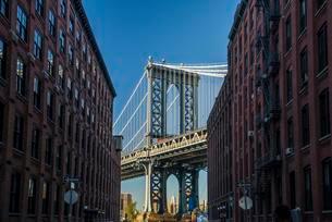 Manhattan Bridge and Empire State Building, Dumbo, Newの写真素材 [FYI02338160]