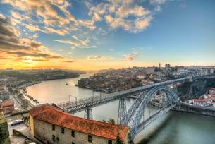 View over Porto with Ponte Dom Luis I Bridge across Riverの写真素材 [FYI02338190]