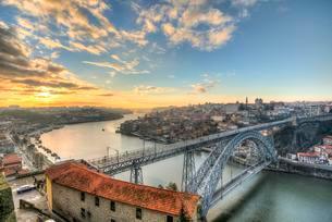 View over Porto with Ponte Dom Luis I Bridge across Riverの写真素材 [FYI02338190]