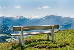 Wooden bench with views of the Alps, Brixen im Thale, Tyrolの写真素材 [FYI02338206]