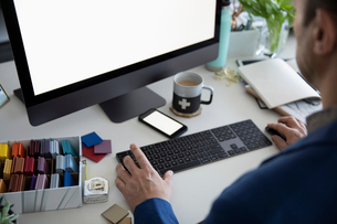 Male interior designer working at computerの写真素材 [FYI02338249]