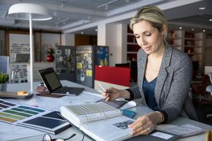 Female interior designer working in design studioの写真素材 [FYI02338262]