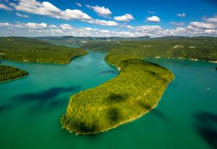 Lac de Vouglans reservoir, Cernon, Franche-Comte, Franceの写真素材 [FYI02338306]