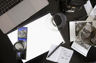 View from above photography light table and negatives on deskの写真素材 [FYI02338350]