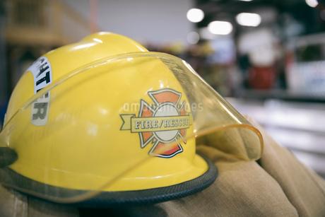 Close up firefighter's helmetの写真素材 [FYI02338351]