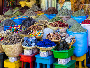 Spices are on sale in baskets, Souk, Rue Souk Soufianeの写真素材 [FYI02338364]