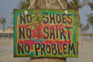 """Sign """"""""No shoes, no shirt, no problem"""""""" on the beach ofの写真素材 [FYI02338374]"""