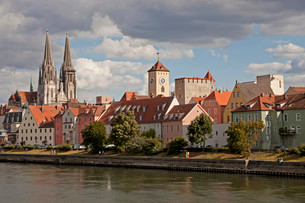 Cityscape with the Danube, historic centre, the clock towerの写真素材 [FYI02338382]