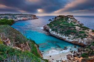 Coast at dawn, Calo des Moro, Santanyi, Majorca, Balearicの写真素材 [FYI02338396]
