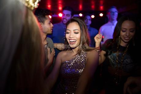 Carefree young woman on dance floor in nightclubの写真素材 [FYI02338459]