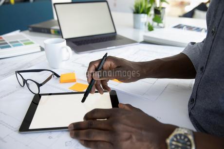 Close up architect using digital tabletの写真素材 [FYI02338487]