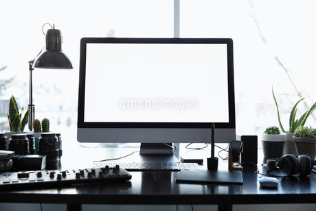 Photography equipment and computer on deskの写真素材 [FYI02338498]