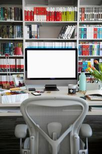 Computer on desk in interior design home officeの写真素材 [FYI02338504]