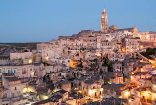 Town with cave dwellings, Sasso Barisano, Sassi di Materaの写真素材 [FYI02338532]