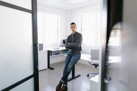 Portrait confident businessman in officeの写真素材 [FYI02338556]
