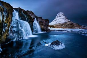 Peak of Kirkjufell with waterfall, Kirkjufell, Snaefellsnesの写真素材 [FYI02338597]