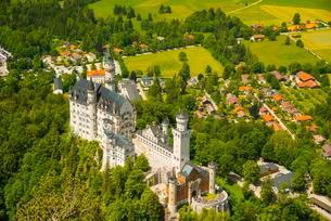 Neuschwanstein Castle, aerial view, Schwangau, Ostallgauの写真素材 [FYI02338630]