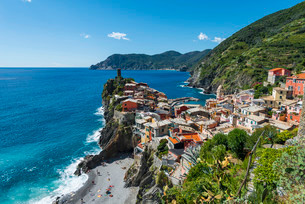 Colorful houses on cliffs with beach, overlooking Vernazzaの写真素材 [FYI02338678]