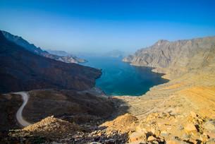 Overlooking the Khor Najd Fjord, Musandam, Oman, Asiaの写真素材 [FYI02338718]