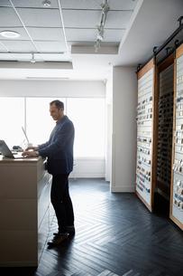 Male interior designer using laptop in design studioの写真素材 [FYI02338789]