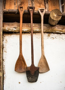 Medieval wooden spades hanging on a wall, chalet, Austriaの写真素材 [FYI02338819]