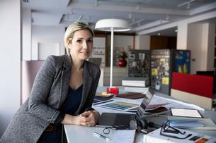 Portrait confident female interior designer in design studioの写真素材 [FYI02338834]