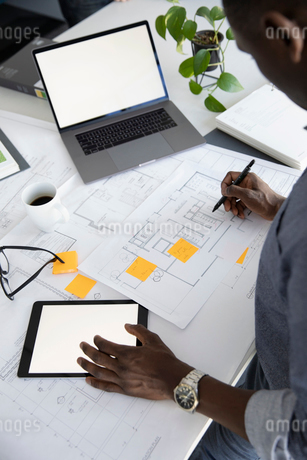 Architect editing blueprint in officeの写真素材 [FYI02338864]