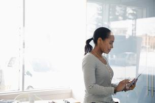 Businesswoman using digital tablet in officeの写真素材 [FYI02338865]