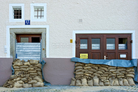 Flood control measures, sandbags and a protective wall ofの写真素材 [FYI02338881]