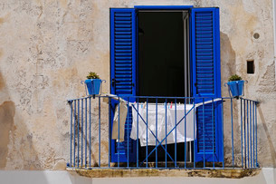 Laundry drying on a balcony, Otranto, Province of Lecceの写真素材 [FYI02338897]