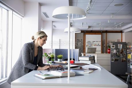 Female interior designer working in design studioの写真素材 [FYI02338898]