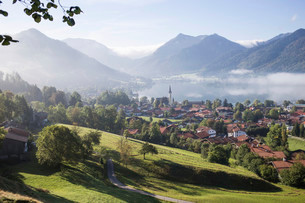 Landscape with townscape, morning mist, Schliersee, Upperの写真素材 [FYI02338909]