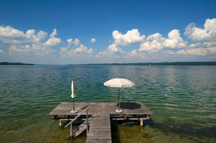 Lake Starnberg with bathing jetty and parasol, Seeshauptの写真素材 [FYI02338913]