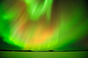 Polar lights, Aurora borealis, above the frozen Lake Inariの写真素材 [FYI02338944]