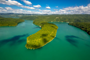 Lac de Vouglans reservoir, Cernon, Franche-Comte, Franceの写真素材 [FYI02338971]