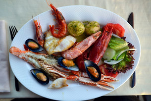 Typical fish dish with shrimps, mussels, whiting, octopusの写真素材 [FYI02338982]