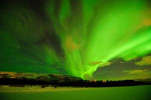 Northern lights, Aurora borealis, over the frozen riverの写真素材 [FYI02338994]