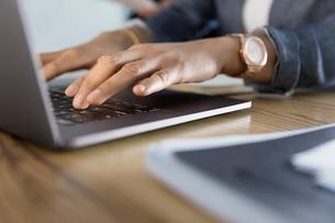 Close up businesswoman using laptopの写真素材 [FYI02338997]