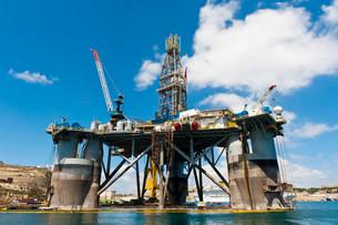 Oil rig in the harbour, Senglea, Malta, Europeの写真素材 [FYI02339036]