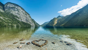 Heart of stones in water, view over Lake Konigsseeの写真素材 [FYI02339040]