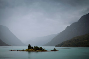 Islet in a lake with glacier water, rain weather withの写真素材 [FYI02339044]