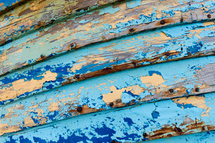 Blue and light blue peeling paint on an old fishing boatの写真素材 [FYI02339058]