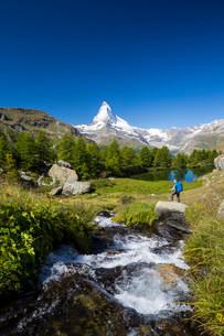 Man hiking at Grindjisee lake, the Matterhorn at the backの写真素材 [FYI02339096]